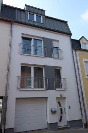RE/MAX, spécialiste de l'immobilier au Luxembourg, vous propose à la vente cette maison unifamiliale mitoyenne à Rodange. Entièrement refait à neuf en 2014, avec des matériaux de qualités, et de belles prestations.  Dans une rue à sens unique, zone 30km/h, avec une circulation moindre. Elle se compose de la manière suivante :  Rez-de-chaussée : hall d'entrée avec vestiaire, un garage de plus de 19m², un WC séparé, une buanderie, une cave et une sortie sur une grande terrasse, suivi d'un jardin. Le tout sur un terrain de 3,6 ares.  1er Etage : Une grande pièce à vivre, salon, salle à manger et cuisine ouverte complètement équipée, un WC séparé.  Une terrasse à finir par le propriétaire, donnant accès direct sur la terrasse et le jardin.   2ème Etage : Deux chambres à coucher et une salle de bain, avec baignoire thalasso. Chambre parentale avec un balcon. 3ème Etage : Deux chambres à coucher, un débarras, une salle de douche (à finir par le propriétaire). Local chaufferie, chaudière à condensation.(Buderus)  A visiter sans tarder   Disponible à partir du 01/07/2017 Personne de contact : Marc SCHMIT : 661 670 128 ou 28 86 95
