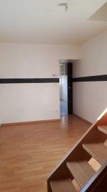 Appartement de 45.20 m2 de plain pied avec terrasse et place de parking comprenant une cuisine équipée, un séjour, 2 chambres, pas de charges, syndic bénévole