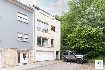 Lumineux duplex traversant 2 chambres + terrasse sis aux abords de la forêt à Schifflange  Situé à Schifflange, dans un quartier résidentiel calme aux abords de la forêt, cet agréable duplex traversant occupe les 2ème et 3ème étages d'une petite copropriété (2 unités) datant de 1999. D'une surface habitable de ± 99 m², il se compose comme suit:  Au 2ème étage, un spacieux hall d'entrée ± 10 m² avec vestiaire dessert la pièce de vie ± 40 m² composée d'un séjour, d'un espace repas et d'une cuisine contemporaine semi-ouverte, aménagée et équipée Whirlpool avec bar. Cette pièce donne sur une terrasse ± 8 m² sans vis-à-vis et orientée nord-est. Elle est raccordée à l'électricité et profite d'une vue dégagée sur le jardin et la forêt.  Un escalier avec belle hauteur sous plafond (4,39 m) situé dans le hall d'entrée conduit au 3ème étage composé d'un palier ± 5 m² desservant un wc séparé ± 2 m², un débarras ± 2 m², deux chambres de ± 16 et 13 m² et enfin, une salle de bain ± 8 m² (baignoire, 2 lavabos et wc suspendu). Les chambres, orientées est-ouest, profitent d'une belle luminosité grâce à de grands Velux.  Au rez-de-chaussée, une petite buanderie commune avec emplacement individuel, une cave privative ± 3 m² un local poubelles ainsi qu'une place de parking extérieure complètent l'offre.  Détails complémentaires : Appartement meublé et copropriété en bon état ; Double vitrage, volets électriques; Chaudière au gaz WOLF, chauffage par radiateurs ; Charges mensuelles, électricité comprise : ± 250 € (ménage de 2 personnes) ; Situation idéale, proche de toutes commodités (gare, transports publics, commerces, écoles, …); Belles promenades dans les alentours (résidence est en bordure de forêt).  Agent responsable : Florian Apolinario E-Mail : florian@vanmaurits.lu Tél. : +352 691 110397