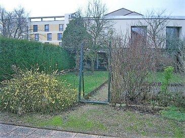 Au calme, maison cinq pièces de 81 m² situé au 19 rue de Lorraine sur Moulins-lès-Metz. Elle se compose d'une entrée, d'une cuisine, d'un séjour avec cheminée et accès sur le jardin, de trois chambres, d'une salle de bain avec wc et wc séparé. La maison dispose d'une terrasse, d'un jardin et d'une remise. Chauffage individuel au gaz.  Honoraires d'agence selon LOI ALUR 648 € pour la constitution du dossier, la rédaction du bail 3€/m² pour l'état des lieux, soit: 243 € Soit un total de 891 €.