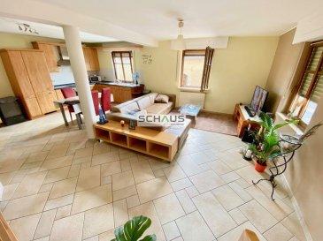 Schaus Immobilier propose à la location un appartement-duplex partiellement meublé sis au premier étage d\'une petite résidence à deux unités se composant comme suit :<br><br>-Cuisine ouverte sur le salon/salle à manger d\'une surface d\'environ 45,00m2<br>-Salle de bains avec buanderie<br>-WC séparé<br>-Débarras<br><br>A l\'étage :<br>-Deux chambres<br>-Un WC séparé<br><br>Le bien est complété par un emplacement extérieur.<br><br>Les honoraires de négociation sont à la charge du locataire et s\'élèvent à un mois de loyer augmenté de la TVA en vigueur.<br>