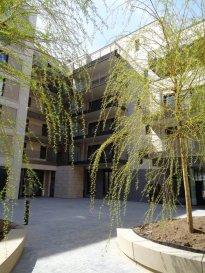 Appartement à louer au 1er étage, dans le nouveau quartier de la Cloche d'Or, 1ère occupation.  - hall d'entrée - grand séjour de 27m² avec coin cuisine équipée, sortie sur balcon de 13,3m² - salle de bain - chambre à coucher, sortie su balcon - cave - 1 emplacement intérieur.