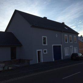 FREUDENBURG 15MIN VON REMICH  BAUERNHAUS  +-120m2 Wohnfläche +-13 ares Grundstücksfläche -4 Schlafzimmer -Wohn-Esszimmer -Einbauküche -2Badezimmer -Atelier -Kellerräume -2 Garagen oder Stall möglich  Viele Details erwarten Sie