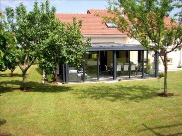 Maison individuelle F7 très bien située dans une impasse au calme avec une vue exceptionnelle&period; <br /><br />En rdc, vous bénéficierez d\'une grande entrée avec placard, wc séparé, pièce à vivre spacieuse et lumineuse, cuisine ouverte dinatoire avec accès à une belle véranda de 28 m² donnant sur un grand jardin clos et arboré&period;<br /><br />A l\'étage, vous disposerez de 4 chambres &lpar;placards intégrés dans 3&rpar; et d\'un bureau en mezzanine&period; Vous aurez la possibilité de transformer cet espace en belle suite parentale&period;<br />2 salles de bain, dont une avec douche à l\'italienne et l\'autre avec baignoire balnéo&period; <br /><br />Un garage double isolé et chauffé ainsi qu\'une buanderie sont accessibles depuis la maison&period; <br />Le jardin &lpar;piscinable&rpar; dispose d\'un chalet de 17 m² avec une réserve d\'eau&period; <br />Vous apprécierez les extérieurs, qui sont complétement aménagés, avec portail motorisé, sols pavés&period;&period;&period;<br /><br />D\'autres prestations haut de gamme vous serons précisez lors des visites&period; Aucun travaux à prévoir&period;