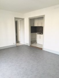 3 pièces - 58.90 m2.  Appartement situé au deuxième étage d\'un immeuble rue de la Commanderie à Nancy. Il comprend une entrée, un séjour, un coin cuisine équipée (hotte, frigo, four), deux chambres avec balcon, une salle de bain et WC séparé.<br> Chauffage individuel au gaz.<br>