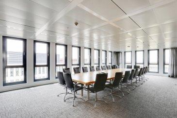 RE/MAX, spécialiste de l\'immobilier au Luxembourg, vous propose des surfaces de bureau sur 2 étages dans un bâtiment au Findel.<br> <br>Il s?agit d?une surface nette de 2.488,45m² à aménager selon ses envies et ses besoins.<br>La surface totale peut aussi être répartie entre plusieurs locataires.<br> <br>·         4ième et dernier étage:  jusqu?à 2 locataires possibles (1x 379,85m² et 1x 342,75m²) avec terrasse au toit<br>·         3ième étage: jusqu` à 3 locataires possibles (1x 1.051,74m2, 1x 380,40m² et 1x 333,72m²)<br> <br>Des places de parking dans les garages souterrains sont aussi disponibles à la location.<br> <br>Le bâtiment dispose également d?un restaurant ouvert au public ainsi qu?une crèche public.<br> <br>Très proche d?une forêt (2 minutes à pied) vous pouvez passer vos pauses avec des promenades ou soit vous pouvez vous assouplir dans un espace vert derrière le bâtiment, équipés avec des banquettes en bois.<br> <br>Comme il s?agit d?un bâtiment bancaire, des mesures de sécurité appropriées sont bien sûr en place.<br> <br>Plusieurs informations sur demande.<br><br>Contactez sans attendre Philippe VOGT :<br> +352 691 19 05 77 <br>philippe.vogt@remax.lu<br /><br />RE/MAX bietet Ihnen Büroflächen auf 2 Etagen in einem Gebäude in Luxembourg-Findel.<br> <br>Es handelt sich hierbei um eine Nettofläche von 2.488,45m², die nach Ihren Wünschen und Bedürfnissen ausgebaut werden kann.<br>Die Gesamtfläche kann auch auf mehrere Mieter aufgeteilt werden.<br> <br>- 4. und letzte Etage: bis zu 2 mögliche Mieter (1x 379,85m² und 1x 342,75m²) mit Dachterrasse<br>- 3 Etage: bis zu 3 mögliche Mieter (1x 1.051,74m2, 1x 380,40m² und 1x 333,72m²)<br> <br>Parkplätze können ebenfalls in der Tiefgarage angemietet werden.<br> <br>Das Gebäude verfügt auch über ein öffentlich zugängliches Restaurant und eine öffentliche Kindertagesstätte.<br> <br>In unmittelbarer Nähe eines Waldes (2 Minuten zu Fuß) können Sie Ihre Pausen mit Spaziergängen verbringen oder sich entweder in inem gr