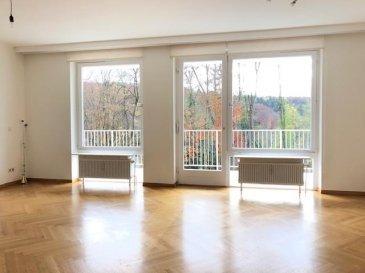 *disponible de suite *<br><br>Bel appartement lumineux de 110 m², 2 chambres à coucher et grande terrasse avec vue imprenable situé dans un écrin de verdure. (sur les hauts de Dommeldange) <br>Les résidents pourront en outre profiter de la piscine chauffée privative extérieure entre avril-septembre.<br><br>L\'appartement se compose comme suit:<br>==============================<br>Grand Living de 33 m²<br>2 chambres à coucher spacieuse (16,5 et 14.70 m²) + grand dressing (4.60m²)<br>Cuisine équipée (8 m²) + débarras (2m²)<br>Hall d\'entrée (18 m²)<br>Salle de bains <br>WC séparé <br>Terrasse spacieuse avec marquise (19m²) - SUD-EST<br><br><br><br><br />Ref agence :1722919