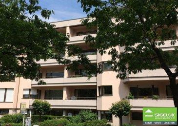 Sigelux vous propose un appartement en location à Luxembourg-Limpertsberg.  Adresse : 6, rue Siggy vu Lëtzebuerg L-1933 Luxembourg.  Ce bel appartement avec vue dégagée au 3e étage est composé de façon suivante : Hall Living avec 2 balcons Cuisine équipée 2 chambres à coucher (parquet) Salle de bains avec W.C W.C séparé Buanderie commune Cave et un garage souterrain ------------------ Libre de suite Surface habitable :105m2 ------------------ Loyer :2.600.-€ Charges : 300.-€ Garantie Bancaire : 7.800.-€ Frais d'agence : Loyer sans charges +17% de TVA