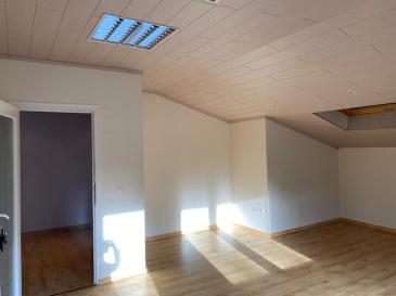 Joli bureau avec charme au 2 ième étage grand parking gratuit disponible à 5 km de l'autoroute Luxembourg-Arlon  CHARGES FIXES