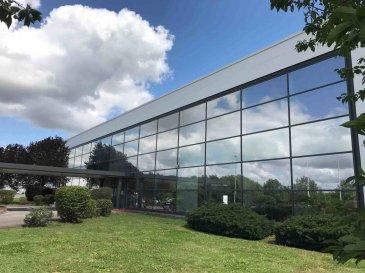 Tempocasa Strassen, vous propose un hall (3a et 3b divisible) dans un site industriel.  Spécifications : - Hauteur utile:  6,50 m - Charge au sol: 5,00 t/m2 - 2 quais   portes sect. 4 m x 4,5 m - Alimentation élec.: 250 KVA - Détection incendie  Hall 3a   Loyer  8,00€/m2  à 1.608 m2  12.864€/mois   TVA Charges 0,75€/m2  à 1.608 m2     1.206€/mois   TVA  Hall 3b = possibilité d'extension aux mêmes conditions. Bureaux intégrés dans le hall sur demande / loyer suivant exécution Parking 40,00 €  / mois / emplacement   TVA  Pour avoir de plus amples renseignements, n'hésitez guère de contacter l'agence.  Nadia Bensi  352 621143693 Ref agence :163