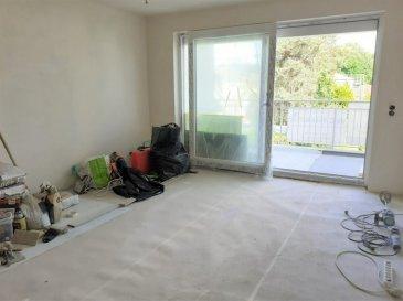 A Senningerberg, cet appartement de ±50m, rénové en 2021, au 2ème et dernier étage d'une petite résidence, stratégiquement implanté à proximité des nombreux services alentours, se compose comme suit :  Au 2ème étage : La porte d'entrée blindée, s'ouvre sur un hall d'entrée de ±6m² desservant une cuisine équipée de ±8m² (lave-vaisselle, lave-linge, plaques vitrocéramiques, four-micro-ondes, frigidaire, congélateur…), un séjour de ±20m², grande baie vitrée (double vitrage de 2021), une chambre de ±12m², et une salle de douche de ±4m² (Douche à l'italienne, lavabo, WC et sèche-serviette).  Au rez-de-chaussée : Une cave de ±6m², et un garage extérieur privatif complète l'offre de ce bien.  Généralités :  Proximité du Kirchberg (ses bureaux ,ses commerces, ses activités de loisirs)  Piste cyclable vers Kirchberg à l'arrière du bâtiment; Parking public et gratuit derrière la résidence; Proximité de l'aéroport ; Double vitrage et volets électriques;  Loyer : 1550-€ - Charges : 200-€ (Hors électricité et internet) ; Garantie locative : 3 mois de loyer ; Disponibilité : 1er juillet 2021 ; Durée minimum de bail : 2 ans ; Frais d'agence : 1 mois de loyer + TVA 17%  Agent responsable : Pierre-Yves Béchet Tél : +352 621 654 086 Email : Pierre-Yves@vanmaurits.lu