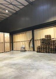 Construction d'un nouveau hall/entrepôt à Flatzbour (L), à proximité de la frontière belge (hauteur de Martelange)  Différentes surfaces disponibles: par exemple... 409,05 m² 748,95 m² 1317,95 m² 1165,51 m² d'autres possibilités sur demande  Loyer: 13€/m²  Le bâtiment sera très bien isolé (Isolation : 20cm d'épaisseur au plafond et 15cm d'épaisseur sur les murs)  Possibilité de conteneur (bureau ou sanitaires) sur la surface de stockage (à discuter)  Hauteur de plafond au Rch : entre 4,85 et 5,20m,  Hauteur de plafond au 1er étage: entre 3,35 et 3,67   Sanitaires communs disponibles  Accès: certaines surfaces ont un accès direct; d'autres par un plateau élévateur (monte charges) de 600x330 Possibilité d'y monter des véhicules  Des parkings seront à disposition suivant l'activité du locataire