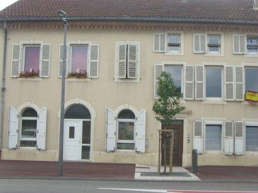 18 RUE FOCH, Dans le village de Novéant sur Moselle, vous trouverez un appartement cinq pièces de 104m² situé en rez de chaussée et comprenant un coin-cuisine meublé ouvert sur le séjour, trois chambres, un cellier, une salle de bains et un wc séparé. Chauffage individuel électrique.  Honoraires d'agence selon LOI ALUR 507.33 € pour la constitution du dossier, la rédaction du bail 3€/m² pour l'état des lieux, soit: 314.67 € Soit un total de 822 €.