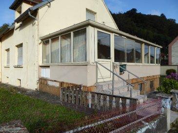 Maison à 5 minutes de BITCHE 5 pièce(s) 118m². Charmante maison d\'habitation d\'environ 118 m², offrant en rez de chaussée : un salon, une salle à manger, une cuisine, une salle d\'eau, une chambre à coucher et une véranda de 29 m². L\'étage se compose de 2 chambres  et un grenier aménageable.  Sous sol complet avec garage, petit espace vert.<br/>Contact Nord sud immobilier à Bitche -  Rohrbach les Bitche et Sarreguemines Au 03 72 64 01 02