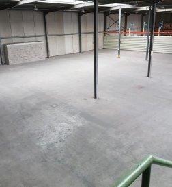 RE/MAX spécialiste de l immobilier à Esch Sur Alzette vous présente à la location un vaste bâtiment professionnel de 1143 M² équipé d\'une porte de chargement camion et une porte piéton. Hauteur sous plafond de 10 mètres. Un espace bureau de 130 M² complète le tout.<br>Le tout est implanté dans une zone industrielle dynamique et à proximité immédiate de l\'autoroute.<br />Ref agence :5095771