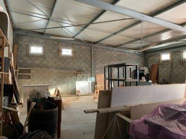Un entrepôt construit en dur en 2015,  superficie de 180 m²  personnalisable : dalle isolée au sol, un espace bureau, fenêtres PVC avec double vitrage, toiture neuve -  Parking privatif  (droit de passage sur le chemin d'accès)   Valeur locative :  2000€/mois. Contact : COLSON Emmanuel, 07 81 30 24 02