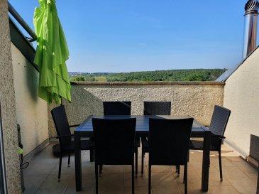 FLEVY : Bel F5 dans petite résidence au calme comprenant cuisine équipée ouverte sur salon-séjour accès balcon, 3 chambres, salle de bains, débarras, 2 places de parking privées et jardinet.