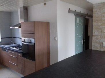 Bel Appartement de type T3 avec balcon, comprenant cuisine équipée et aménagée, salon / salle à manger, 2 chambres, salle d'eau avec toilettes et espace buanderie, caves et garage. Disponible début novembre
