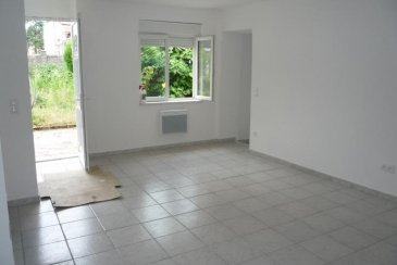 ALGRANGE &apos; Laissez-vous séduire par cette maisonnette<br /> F2 de 53 m² offrant 1 cuisine meublée de 14m² semi ouverte sur séjour pour 25 m² donnant accès à un extérieur privatif de 23 m² idéalement située proposant une vue sur les jardins, 1 chambres de 9 m², une sde de 5 m² proposant douche, lavabo vasque et wc, mais aussi en sousplex 1 pièce de 20 m² &apos; 2 caves <br /> Chauffage électrique, DV pvc, <br />Située au calme dans une petite copropriété avec facilité de stationnement&period;<br /><br />Belle opportunité à 63 000 &apos;<br />A propos de la copropriété : Charges mensuelles 30 &apos; -<br />6 appartements<br />DPE : D <br /><br />Honoraires à la charge du vendeur<br />Agora Thionville : 03 82 54 77 77
