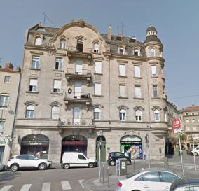 Place du Quarteau et proche de tous commerces, Au 1er étage: Appartement 4 pièces de 79.91 m² comprenant, une entrée, une cuisine équipée et meublée, un séjour, trois chambres, une salle de bain, WC. Chauffage individuel au gaz. Disponible de suite.