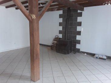 Entre BARONVILLE et CHATEAU SALINS.  Dans un triangle DELME/BARONVILLE/CHATEAU SALINS, maison comprenant une entrée, une cuisine ouverte sur une grande pièce de vie équipée d\'un poele à bois et d\'un poele à pellets, un WC, une buanderie, une salle de douche.<br> A l\'étage : un espace mezzanine, 3 chambres, une salle de bains et un WC. Possibilité d\'aménager les combles.<br> Les petits plus : un poele à pellets supplémentaire dans l\'entrée, un garage porte motorisée 1 VL, une cour avec barbecue en pierre et un beau terrain de loisir non attenant de + de 32 ares.<br> PRIX : 97 000 EUR <br> AGENCE VENNER 03.87.63.60.09.<br> <br>