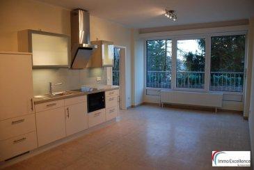 IMMO EXCELLENCE vous propose cet appartement très lumineux d\'une surface habitable de 59 m2, situé au 1er étage d\'une résidence bien soignée et bien entretenue à Luxembourg-Ville ( KIRCHBERG ). L\'appartement est entièrement rénové et se compose comme suit : - Un hall d\'entrée, une cuisine équipée, une chambre-à-coucher, une salle-de-douche avec lavabo et W.C. ainsi que raccordement pour la machine-à-laver. Plusieurs emplacements publiques extérieurs. Transports publiques à proximité.<br />Ref agence :3426753