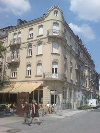 Très bel appartement à louer situé au 3ème étage dans immeuble de caractère au centre d'Esch-sur-Alzette (coin rue de l'Alzette et rue Dicks). L'appartement, qui possède de belles hauteurs sous plafond, se compose d'un living donnant sur un balcon, d'une cuisine équipée, d'une chambre à coucher, d'une salle de douche avec WC,  d'un hall d'entrée, et d'un grenier.  L'appartement est loué pour maximum 2 personnes.   Pour tout renseignement complémentaire appelez Manuela au 00352 621 188 324
