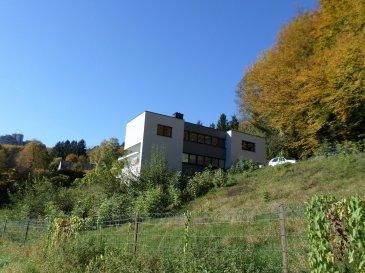 Magnifique maison de 300m² dont 200m² habitables, entièrement rénovée avec des matériaux d'excellente qualité, érigée sur un terrain de 21 ares, située à LUX-DOMMELDANGE EN FACE DU PARC HOTEL, 121, route d'Echternach et composée comme suit:  Au rez-de-chaussée: Spacieux hall d'accueil, vestiaire, wc séparé, cuisine équipée indépendante et vaste living de +-65 m² avec accès à la terrasse.  A l'étage: Hall de nuit, 4 chambres à coucher de 13m² à 18m², 2 salles de bains et wc séparé. Grande terrasse orientée Sud.  Au sous-sol: Grand sous-sol de +-90m² comprenant: chaufferie et surfaces de stockage et rangement.  Garage individuel pour une voiture et plusieurs emplacements extérieurs.   A noter: Location uniquement pour habitation privée, pas de bureaux ou profession libérale.  Charges et entretien des alentours à la charge du locataire.