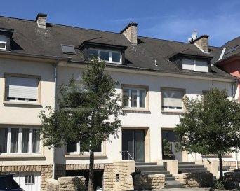 Dans un quartier calme de Belair , Sigelux Real Eastate vous propose à la location cette maison mitoyenne  Elle se situe au 6, rue Amsterdam L-1126 Luxembourg et se compose comme suit:  Au Rez de chaussée: - hall d'entrée - une toilette séparée - living,salle à manger accès terrasse +/-50m2 - cuisine équipée ouverte - terrasse et petit jardin  Au 1er étage: - 2 chambres à coucher de 15 et 18m2 - un bureau 6m2 - salle de douche  2e étage: - 2 chambres à coucher 16 et 18m2 - 1 salle de bain avec baignoire et WC - débarras ou dressing  Sous-sol: - garage pour 1 voiture, - cave, - chaufferie, - buanderie accès jardin  Porte de sécuritée, système d'alarme, chauffage au gaz   Loyer : 4200-€ Garantie bancaire: 12600.-€ Frais d'agence: 1 mois de loyer + tva  Pour tout renseignement ou un rendez-vous pour visiter, contactez. SIGELUX au 46 71 31 ou info@sigelux.lu