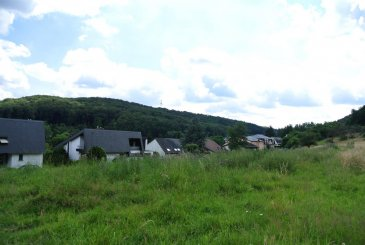 Terrain de coin sans contrat de construction pour une maison libre des quatre côtés à Echternach  Contenance: 8,70 ares  Ce terrain permet la construction d'une maison libre des 4 côtés et dispose d'une belle vue imprenable et panoramique sur Echternach et le lac. Possibilités d'acquérir les prairies à l'arrière de la parcelle.  Le terrain se situe dans le Rue des Vergers, in der Krunn, à Echternach.  Pour tous renseignements supplémentaires ou pour convenir un rendez-vous pour une visite, veuillez nous contacter par téléphone au (+352) 691 400 705 ou par mail : info@17b.lu