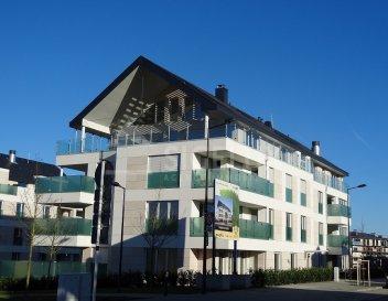 Dans le quartier très prisé de Belair, Sigelux Real Estate vous propose à la location ce splendide penthouse, finitions haut de gamme, au sein d'un l'immeuble construit en 2011.  Il se situe au 3éme et dernier étage 18, rue Charles IV L-1309 Luxembourg  Surface habitable de 250m2  Il se compose comme suit : - Hall d'entrée - Un grand living, salle à manger, avec feu ouvert de 80m2 - Une belle grande terrasse en Tek de 70m2 partiellement couverte et ensoleillée en journée - Une cuisine équipée indépendante donnant accès à la salle à manger, - 1 pièce supplémentaire de rangement ou pour les repas - 3 grandes chambres à coucher - 1 suite parentale avec salle de bains privative, toilette séparée, et un grand dressing - 2 salles de douche - 3 toilettes séparées - Un espace bureau ou buanderie à l'étage - Porte blindée - Vidéophone - Stores électriques - Triple vitrage - Accès balcon du living, salle à manger, de la cuisine et des chambres - Les revêtements au sol sont en parquet et carrelage - Le chauffage est un chauffage au sol -3 emplacements de parking en sous-sol  Disponibilité avril 2020  Loyer : 8000 € Charges : 500 € Garantie locative : 24000 €  Frais d'agence:1 mois de loyer +17 % Tva  Pour plus de renseignement ou un Rendez-vous pour visiter contactez : SIGELUX : 46 71 31 ou info@sigelux.lu