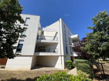 Appartement 3 pièces - HOLTZHEIM.  Dans un quartier récent à la sortie d'Holtzheim, nous proposons à la location ce beau F3 de 64.26m2 au 1er étage avec ascenseur. Il comprend : une entrée avec placards, une cuisine équipée ouverte sur une grande pièce principale donnant accès à la terrasse de 30m2, deux chambres avec également accès à la terrasse, une salle de bain avec baignoire et un WC séparé. Un garage et un parking extérieur sont inclus avec le logement. Chauffage et eau chaude collectifs au gaz. DPE : D GES : E Libre mi-août. Loyer : 787EUR (dont 130EUR de provisions sur charges avec régularisation annuelle). Honoraires à la charge du locataire : 610.47EUR TTC (dont 192.78EUR TTC pour l'état des lieux). HEBDING IMMOBILIER 03 88 23 80 80