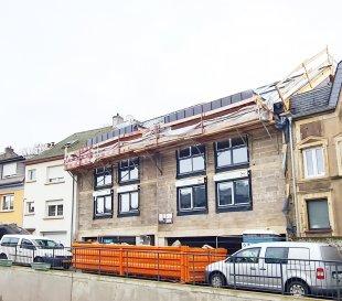 DUPLEX NEUF AVEC 3 CHAMBRES EN VENTE *** EMPLACEMENT INTERIEUR INCLUS ***  Bel duplex de haut standing, d'environ 138.63m2 habitables, situé au 2' et 3' étage d'une maison bi-familiale, se compose d'un hall d'entrée, living (63.19m2) avec cuisine ouverte ou séparée (au choix), un balcon, trois  chambres à coucher, dressing, une terrasse, une salle de douche / bain, wc séparée, débarras et une cave.  Caractéristiques: Classe énergétique AAA, Fenêtres triple vitrage, volets électriques, VMC double-flux, isolation phonique, chauffage au sol, carrelages et/ou parquet, sanitaire et autres finitions sont au choix du client  Le projet étant en phase de construction, il est toujours possible de modifier les murs non porteurs à la demande du client, inclus dans le prix!  Situation : +/-500m du Centre-Ville de Dudelange Transport publics : Arrêt de bus à moins d'1min, Accès autoroute A3 / A13 à moins de 3km, Disponibilité : 2 semestre 2021.  Emplacement de parking intérieur inclus!!  Les prix annoncés comprennent la TVA 3%.   Pour toutes autres informations, n'hésitez pas à nous contacter ! E-Mail : info@fn-promotion.lu GSM : +352 621 139 988  ------   DUPLEX MIT 3 SCHLAFZIMMERN *** GARAGENSTELLPLATZ INKLUSIVE ****  Schöne Wohnung mit einer Wohnfläche von ca. 138.63 m2, im 2. und 3. Stockwerk eines Zweifamilienhauses, bestehend aus einer Eingangshalle, einem Wohnzimmer (+/-63m2) mit offener oder separater Küche (je nach Wahl des Kunden), und Zugang zu einer Terrasse, drei oder vier Schlafzimmer (je nach Wahl des Kunden), Dressing, einem Dusch- oder Badezimmer, separates Gäste-WC sowie auch einem Abstellraum und Keller.  Charakteristiken: Energieklasse AAA, Dreifachverglasung, elektrische Rollläden, mechanische Ventilation (VMC double-flux), Schallschutz, Fußbodenheizung, Fliesen und / oder Parkett, Sanitär und andere Finitionen sind ebenfalls nach Wahl des Kunden!  Da sich das Projekt in der Bauphase befindet, besteht weiterhin die Möglichkeit nicht-tragende Mauern nach Wunsc