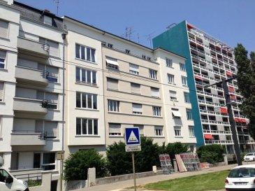 Appartement F3/4 de 105 m2 au centre de Mulhouse.  Grand F3/4 de 105 m2 au 1er étage d\'une immeuble de 5 étages avec ascenseur, situé au centre de Mulhouse, il comprend : une entrée, grand salon-séjour composé de 2 pièces jumelées avec sol en parquet massif et balcon couvert coté rue, une cuisine (avec placard mural et blacon coté cour) séparée, 2 chambres avec sol en parquet massif dont 1 avec blacon couvert, salle de bain avec baignore, WC séparés et cave. Chauffage collectif au fioul inclus dans les charges. Disponible de suite.