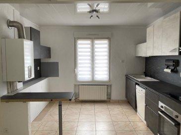 Avec un grand jardin privatif ainsi qu'un garage individuel, lumineux F3 de 58m², avec un espace cuisine ouvert ( équipement hotte), un salon séjour, deux chambres de 12m², une salle de bain avec baignoire, meuble vasque et fenêtre, chauffage ind au gaz ( chauffage + eau chaude 900€ à l'année), une spaciieuse cave, libre de suite loyer 575€ + 25€ de charges ( entretien chaudière, taxes ordures ménagères, électricité des communs) HA 425€( visite dossier bail) + 150€ (état des lieux entrée et sortie)