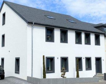 Belle maison, construite en 1920 et complètement rénovée, passeport énergétique B/C, d'une surface habitable de 385,65 m² sur 3 étages, plus une cave de 71,23 m².  Rez-de-chaussée de 149,65 m² : un très grand hall d'entrée qui donne vers une cuisine équipée avec salle à manger de 35,15 m², un living avec salle à manger de 58,94 m² avec accès sur une terrasse avec une vue imprenable et un WC séparé  1ier étage de 143,26 m² : * une chambre à coucher avec dressing et salle de douche de 67,28 m² * une chambre à coucher avec dressing et salle de douche de 32,78 m² * une chambre à coucher avec dressing et salle de douche de 31,39 m² et un couloir de 11,81 m²  2e étage de 92,74 m² : deux grandes chambres à coucher et une salle de douche  Cave de 71,23 m² : garage de 49,34 m² - buanderie/chaufferie de 12,36 m² - cave de 9,53 m²  N'hésitez pas de nous contacter pour toute autre question complémentaire.