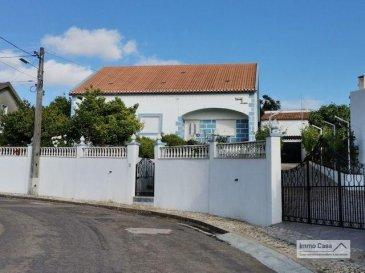 Immocasa vous propose au Portugal (Portalegre-Fortios)<br>Maison avec :<br>Double séjour<br>3 chambres à coucher<br>Cuisine<br>2 WC<br>Débarras<br>Balcon<br>Grenier avec +/- 100m2 <br>Garage en annexe avec rampe d\'accès pour  4 à 5 voitures<br>Studio, débarras et balcon panoramique au 1er étage du garage<br><br>Deuxième cuisine avec cellier attenant avec four à bois.<br>Division pour stockage ou endroit pour mettre du bois de chauffage<br>Jardin de devant, arbres fruitiers, vignes dans les environs de la maison.<br>Le tout dans une espace très bien aménagée et entretenu vous fera passer des très bons moments au Soleil.<br><br>Portalegre est une ville et aussi une municipalité du Portugal. Elle est la capitale du district de Portalegre situé dans l\'Alentejo.<br>Alentejo est situé dans le sud du Portugal, entre le Tage et l\'Algarve. L\'Est borde l\'Espagne et l\'ouest est baigné par l\'océan Atlantique. L\'Alentejo est une terre pour les amoureux des terroirs authentiques, les contemplatifs qui prennent le temps d\'apprécier la lenteur et l\'artisanat vivant de qualité. Ce n\'est pas une terre pour les fêtards \