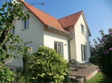 Très belle maison de 127 m2 au sol (110 m2 habitable) située dans un environnement calme à Sessenheim. Construite en 2003, vous y trouverez au rez-de chaussé une entrée et un séjour de 45 m2 donnant accés à une terrasse de 20m2. La cuisine équipée de 12m donne également sur une terrasse de 15m2. A l'étage se trouvent les 3 chambres de 18m2 - 17m2 - 14m2 et la salle de bain avec sa baignoire, sa douche et ses deux vasques. Le garage et la buanderie se situent au sous-sol. Honor. 5 % inclus