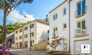 Située au Kirchberg, au 20 A, fond Saint Martin, à 5 min. des Institutions Européennes, au calme et dans une rue à sens unique, cette maison libre de trois côtés dispose de ± 170 m² habitables (± 237 m² au total) et repose sur un terrain de 3a 20ca, incluant une terrasse de ± 60 m² intimiste et orientée au sud.   La maison se compose comme suit :  Au rez-de-chaussée, un hall d'entrée de ± 9 m² dessert un wc séparé, un garage double de ± 37 m², une chaufferie de ± 3 m² ainsi qu'un local de rangement/buanderie de ± 6 m². A côté de la maison se trouve un emplacement pour une voiture.  Au rez-de-jardin, un double séjour/salle à manger de ± 42 m² avec accès à la terrasse de ± 60 m² et au jardin, ainsi que la cuisine (séparée du salon par une verrière) de ± 20 m².  Au 1er étage, un palier ± 9 m² dessert une chambre de ± 11 m² avec sa salle de douche (avec une fenêtre) de ± 5 m² et son dressing de ± 4 m², ainsi qu'une deuxième chambre de ± 19 m² et une salle de bain de ± 9 m² (avec une fenêtre).  Au 2ème étage se trouvent deux chambres de ± 12 et 18 m² (dont une avec une terrasse de ± 7 m²) et une salle de douche de ± 4 m² (avec un velux).  Informations complémentaires :  Situé au centre de la ville, mais dans un cadre verdoyant et au calme ; Orientation sud ; Cheminée dans le salon ; Parquet au salon et dans les chambres ; Institutions européennes à 5 min. en voiture ; Ecole Européenne Luxembourg I et Ecole Sainte Sophie à 5 min. en voiture ; Findel à 10 min. en voiture ; Centre sportif La Coque à 7 min. en voiture ; Bus : lignes 8, 12 et 25 à 1 min. à pied (pas de bus dans la rue) le bus 12 dessert le Lycée Athénée et l'International School of Luxembourg, le bus 25 dessert l'Ecole Européenne Luxembourg I et le centre commercial Auchan-Kirchberg.  Agent responsable : Katia Gravière au 661 33 29 82 ou katia@vanmaurits.lu