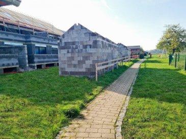 *** Nouveau lotissement  à BETTENDORF ***<br><br>LOT 4: maison en bande sur un terrain de 3.27 ares avec une surface habitable de 281.18m2 + terrasse de 43.70m2, se compose comme suit :: <br><br>Situé à Bettendorf, dans une rue très calme, à 6 mn de Diekirch. Il se constitue de 4 maisons d\'une surface totale d\'environ 216 m2 ? 281 m2. Toutes les maisons disposent d\'une grande terrasse et un jardin (avec abri de jardin) <br><br>* Rez-de-chaussée : salon avec cuisine ouverte et salle à manger avec accès sur terrasse et jardin, arrière cuisine, vestiaire, bureau wc séparée et local technique, garage et deux emplacements extérieurs devant la garage. <br> <br>* 1er étage : 4 chambres (dont une parentale avec dressing et accès sur une terrasse de 13.5m2), une salle de bain et un wc séparée  <br><br>* 2ème étage : grenier aménageable, local technique <br><br> Le projet étant encore en phase de construction, diverses modifications peuvent être fait à la demande du client.   Le prix est exprimé à TVA 3%.  Pour plus de renseignements, n\'hésitez pas à nous contacter au 691 850 805.