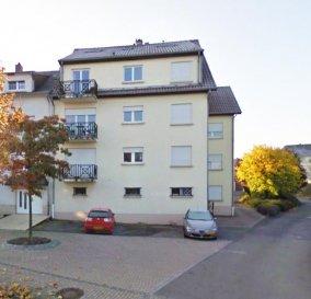 Appart No 012 sis au 1er étage gauche comprenant :<br>HALL d\'entrée (12), <br>CUISINE ÉQUIPÉE complète électro MIELE(10) <br>LIVING-SALLE À MANGER (33.5) avec accès balcon arrière (3m2) <br><br>CHAMBRE 1 (11.5), CHAMBRE 2 (12.5), <br>SDB (6) (DOUCHE, meuble lavabo, WC, racc. MAL)<br><br>Cave 007 ensuite (3.10) <br>BOX-GARAGE no1  / LOT 023 à l\'arrière (16) <br><br>Surface habitable :    88 m2 + 3 m2 balcons + 3.10 m2 cave<br><br>Double vitrage Bois blanc, Parquet dans chambres<br>Carrelage beige partout, Scandatex partout, Granit sur balcon,  <br>Buanderie commune, Chauffage central au gaz, <br><br>Charges mensuelles +-220.-€ <br>Libre et Disponible à l\'acte<br><br />Ref agence :1722526