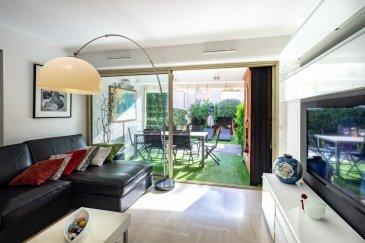 Elena MINETTI et RE/MAX, Leader mondial de l'immobilier, vous présente un magnifique appartement à Sainte-Maxime en France.  Ce bien de 3 pièces est en  rez-de-jardin, et se compose d'un séjour et d'une cuisine ouverte équipée. Un cellier est attenant à la cuisine ouverte. La pièce de vie s'ouvre sur une terrasse couverte exposée au Sud et un jardin de 70 m².  L'espace nuit comprend 2 chambres avec placard et une salle d'eau. Les 2 chambres ont un accès direct à aux terrasses et au jardin qui entoure 2 façades.  Ce bien est associé à un garage au sous-sol de la résidence.  Les plages et le centre-ville de Sainte Maxime sont à proximité immédiate de cet appartement. De nombreux commerces sont aussi accessibles à pied.   Ce que l'on aime:  petite copropriété pouvoir tout faire à pied disposer d'un box fermé climatisation réversible dans tous les volumes store banne et vélum pour fermer la loggia jardin en ville!  Pour plus d'informations, contactez moi au +352 661 381 591 - elena.minetti@remax.lu Ref agence :5096050