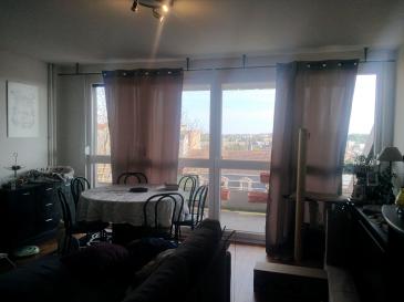 METZ EST : A proximité de toutes les commodités et axes autoroutiers, venez visiter ce spacieux appartement de 75 m². Salon séjour avec accès sur un balcon de 14 m² offrant une vue très agréable. Une cuisine équipée et meublée, une pièce faisant office de bureau, 2 chambres ainsi qu\'une salle de douche. DV PVC