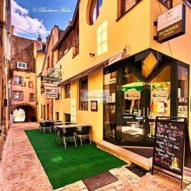 Avez-vous déjà pensé à acheter un fonds de commerce,  reprendre un restaurant existant, ouvrir un restaurant ou même étendre un de vos restaurants existants ?  Sur base de cette réflexion, nous vous proposons ce fonds de commerce. Ce restaurant très chaleureux, convivial et familial, est situé dans une ruelle historique au plein centre d'Echternach. Le restaurant dispose d'une terrasse très agréable offrant une vue splendide sur la Basilique de la Ville qui se trouve uniquement à deux pas du restaurant. La Pizzeria dispose d'un four au feu de bois, d'une cuisine équipée, d'un très grand choix d'excellents vins, d'une belle collection de Gins et autres.  Tous les équipements professionnels, comme la chambre froide, les congélateurs, le mixeur, la machine-à-café, le lave-vaisselle, les tables, les chaises, etc ??, le stock de vins et tous les autres stocks accomplissent cette belle offre.  Le loyer très intéressant, voire très attractif comprend les coûts du chauffage.   Libre choix de la brasserie, puisqu'il n'existe actuellement aucun contrat avec une brasserie.  Belle occasion à saisir.  Le prix de vente du fonds de commerce de 90.000.-Euros est négociable.