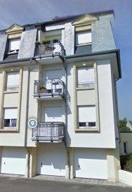 Appartement à louer à Dudelange  Appartement de +- 60 m2, 1 chambre situé a Dudelange, 75, rue Pasteur, au 1°étage d'une Résidence de 6 unités, proche de toutes les commodités : Transportes publiques, commerces, écoles, ainsi que le centre ville de Dudelange.  L'appartement est composé d'un Hall d'entrée, salle de douche, 1 chambre à coucher, cuisine équipée, séjour donnant accès au balcon de 3.50m2.  Au sous-sol vous disposerez d'une cave, et buanderie commune.  Loyer mensuel : 1.050,00 Euros Charges mensuelles : 150,00 Euros Garantie bancaire : 3 mois de loyer Frais d'agence : 1 mois de loyer +17% TVA   * Pour convenir une visite, ou avoir plus d'informations, veuillez contacter : Acacio da Silva - 621 195861