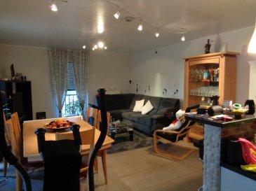 Beau duplex de 115m² à louer dans le village de Heiderscheid.  Niveau 0: - spacieux hall d'entrée - grand séjour / salle à manger avec coin cuisine équipée et sortie sur terrasse et jardin - 1 chambre à coucher - salle de douche.  Niveau 1: - 2 chambres à coucher - salle de bain - wc séparé - débarras.  1 emplacement extérieur et 1 garage.