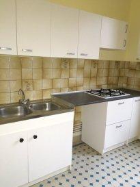 3 pièces - 56 m2.  Situé au premier étage d'un immeuble boulevard Jean Jaurès à Nancy, appartement trois pièces de 56 m2. Il comprend une entrée, un séjour, une cuisine équipée (plaques et meubles) et séparée, deux chambres, une salle de bain et WC séparé.  Chauffage individuel au gaz.