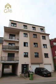 Spacieux appartement situé à Differdange (Fousbann), dans une résidence construite en 1992, composée de 8 unités. <br><br>Celui-ci comprend:<br><br>* Spacieux hall d\'entrée,<br>* Living/salle à manger avec accès au balcon,<br>* Cuisine équipée fermée,<br>* 2 chambres à coucher,<br>* wc séparé,<br>* Salle de bain,<br>* Cave,<br>* Buanderie commune,<br>* Garage box fermé,<br>* Emplacement extérieur.<br><br>La résidence a subi des travaux de rénovation notamment, nouvelle toiture en 2016, façade en 2013 et le nouveau boiler en 2016.<br><br>Pour plus de renseignements ou une visite (visites également possible le samedi sur rdv), veuillez contacter le 28.66.39.1. <br />Ref agence :72231