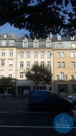 RCI - REFFAY Christophe Immobilien vous propose <br>A LOUER, des bureaux sur une surface de 700 m2 dans l\'avenue de la Liberté à Luxembourg-Ville. <br>Etat impeccable (marbre, peintures excellentes, boiseries, tapis-plain...). <br><br>Sur 4 étage, cet objet dispose <br>- de nombreux espaces de bureaux<br>- d\'1 cuisine équipée indépendante<br>- de WC séparés<br>- d\'1 ascenseur<br>- d\'1 parlophone et <br>- d\'1 alarme<br>- de tous les équipements de bureautique moderne (branchements Internet, salle informatique, coffres-fort, installations téléphoniques...).<br><br>Accès très facile aux transports en commun. <br>Trajet avenue de la Liberté-gare de Luxembourg = 400 m<br>Trajet avenue de la Liberté-boulevard Royal = 1 km<br>Trajet avenue de la Liberté-Kirchberg = 4,5 km<br><br>RCI _ REFFAY Christophe Immobilien<br>691 661 661<br>www.rci.lu