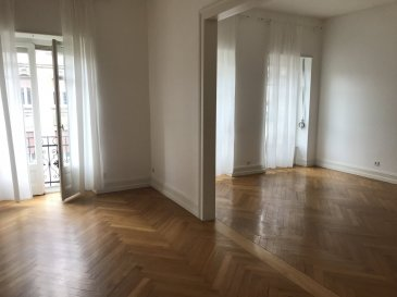 Beau F5 de 118m2 - Strasbourg Quartier des XV.  Bel appartement de 5 pièces situé au 3ème étage sans ascenseur d\'un immeuble ancien et plein de cachet. Situé à proximité de l\'avenue de la Foret Noire et de de l\'allée de la Roberstau, dans un quartier résidentiel; non loin du centre ville, des transports et des commerces. Cet appartement comprend: une entrée avec placards, un salon/salle de manger, une cuisine nue, trois chambres dont une avec placard, une salle de douche, une salle d\'eau avec baignoire et douche, un Wc séparé et deux balcons. Une cave complète la location. L\'immeuble dispose d\'un jardin commun. Chauffage et eau chaude individuel au gaz. Libre de suite. Surface habitable: 118.69m2. Loyer : 1330EUR/ mois charges comprises dont 100EUR de provisions sur charges avec régularisation annuelle. Dépôt de garantie: 1230EUR. Honoraires charge locataire : 949.52EUR TTC ( dont 356.07EUR TTC pour l\'état des lieux). HEBDING IMMOBILIER 03 88 23 80 80.